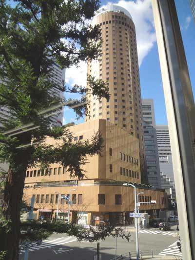 自習室 大阪、大阪梅田2号店の窓越しに見える大阪丸ビル