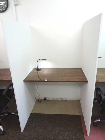 自習室 大阪、大阪梅田1号店のブース机