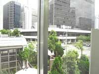 自習室 大阪、大阪梅田1号店の窓越しに見える緑の木々
